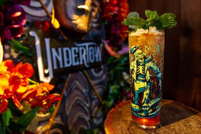 Fuerte en sabor y contenido de alcohol, el cóctel zombie en UnderTow en Phoenix es la bebida perfecta para tiki durante todo el año.