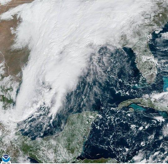 Fotografía tomada a las 12.11 hora local (16:11 GMT) cedida por la Administración Nacional Oceánica y Atmosférica (NOAA) por vía del Centro Nacional de Huracanes (NHC) de EE.UU. donde se muestra la ubicación de la depresión tropical número 17.