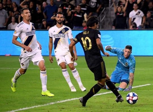 El mexicano Carlos Vela fue letal frente al marco del Galaxy.