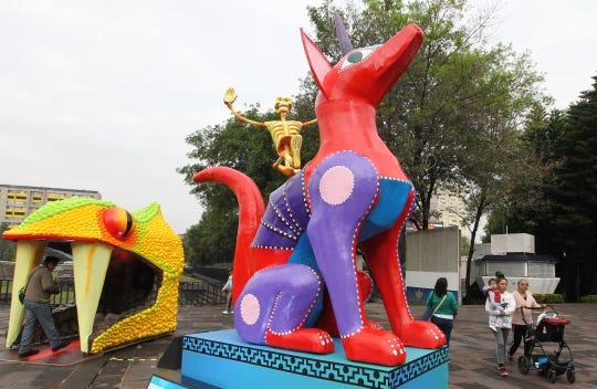 """Fotografía de una obra que hace parte de la exposición """"Viaje al Mictlán"""", este viernes en la Plaza de las Tres Culturas, en Ciudad de México (México)."""