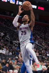 Derrick Rose goes to the basket during the second half against the 76ers on Saturday.