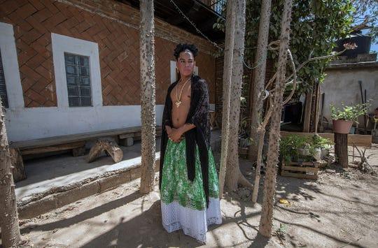 Fotografía fechada el 28 de marzo de 2019, que muestra al antropólogo Lukas Avendaño posando en el municipio de Tehuantepec en el estado de Oaxaca (México).