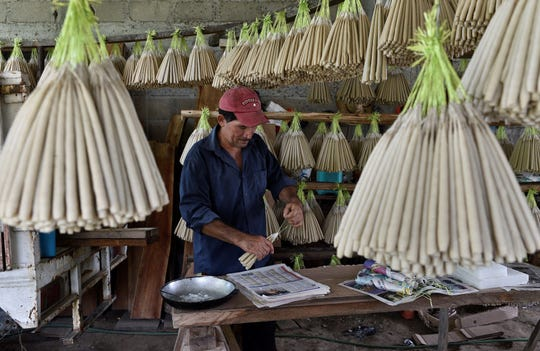 Fotografía fechada el 25 de octubre de 2019, que muestra al artesano Domitilo de la O Peralta, trabajando en la fabricación de velas de cebo en el municipio de Nacajuca en el estado de Tabasco (México).