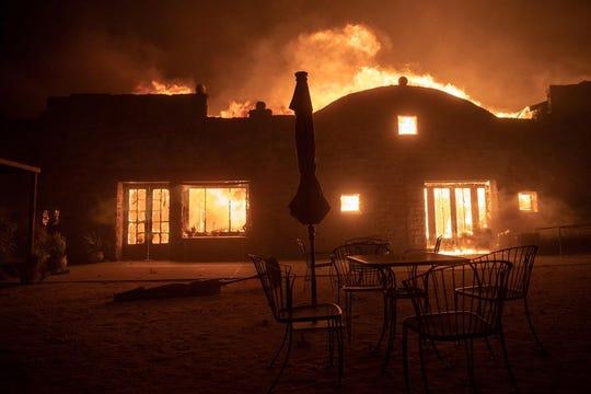 Un edificio arde durante los incendios que castigan la ciudad de Healdsburg, California, Estados Unidos, este domingo.