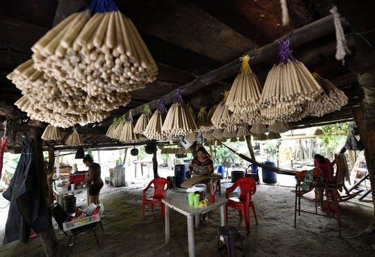 Fotografía fechada el 25 de octubre de 2019, que muestra a trabajadores laborando en la fabricación de velas de cebo en el municipio de Nacajuca en el estado de Tabasco (México).