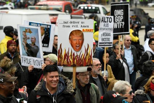 Detractores de Trump se manifiestan afuera de la torre que lleva su nombre, en Chicago.