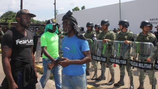 Migrantes africanos protestan a las afueras del albergue para migrantes Siglo XXI, en la Ciudad de Tapachula, en el estado de Chiapas (México).
