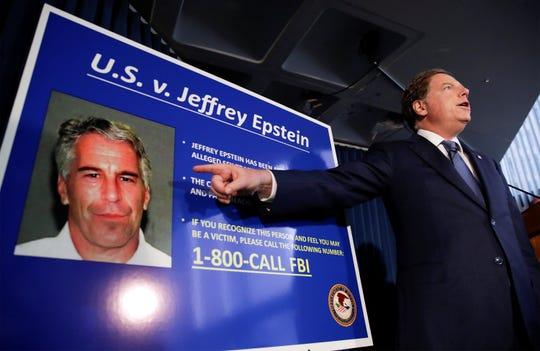 Fotografía de archivo del fiscal federal de los Estados Unidos para el Distrito Sur de Nueva York, Geoffrey Berman, hablando durante una conferencia de prensa sobre el arresto del financiero estadounidense Jeffrey Epstein.