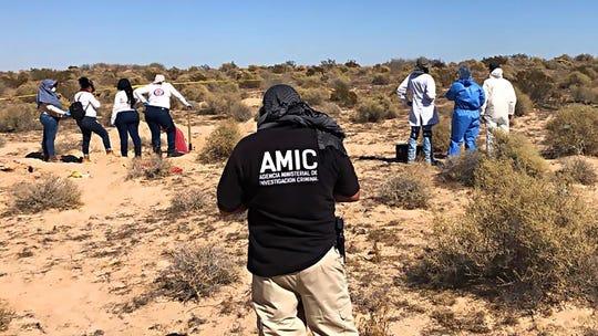 Las mujeres del grupo mexicano Buscando Madres de Sonora, unidas por investigadores estatales, desenterraron una fosa común con los restos de 13 personas el 24 de octubre de 2019, en las afueras de la popular ciudad costera de Rocky Point.
