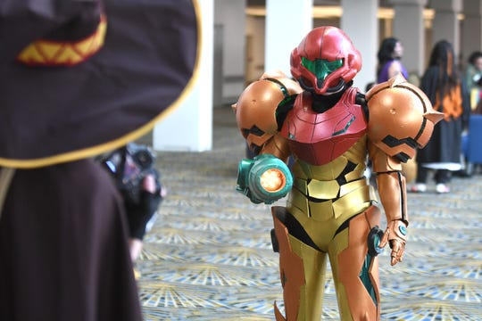 Ginger Klopf of Flint strikes a pose as she wears her custom made Metroid Prime 3 Corruption video game character Samus Aran at Youmacon.