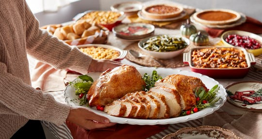 The Heat n' Serve Holiday Family Meal To-Go from Cracker Barrel serves up to 10 people.