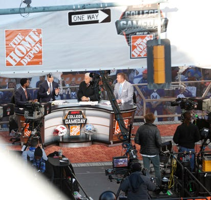 How Jerry Lawler, Lee Corso and the rest of the 'GameDay' crew picked the Memphis-SMU game