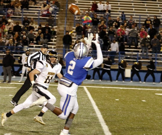 Carlsbad's Shamar Smith pulls in a pass from Kaden Smith against Hobbs on Nov. 1, 2019. Smith finished with two receiving scores and Carlsbad won, 54-27.