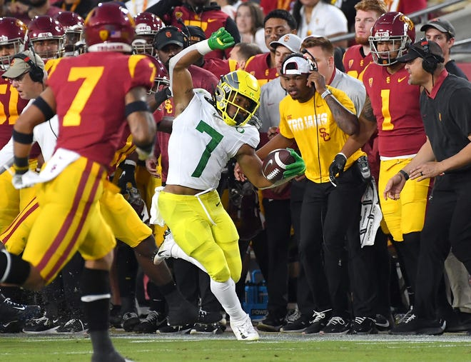Oregon Ducks running back CJ Verdell (7) carries the ball in the first half against the USC Trojans at the Los Angeles Memorial Coliseum.