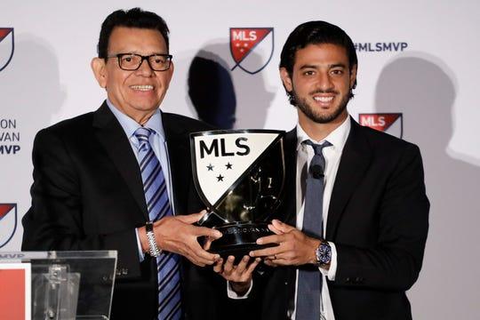 Fernando 'El Toro' Valenzuela entrega el trofeo de MVP a Carlos Vela.