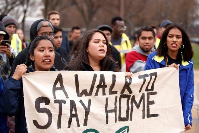 Jóvenes DACA marchan en California para que se preserve el programa.