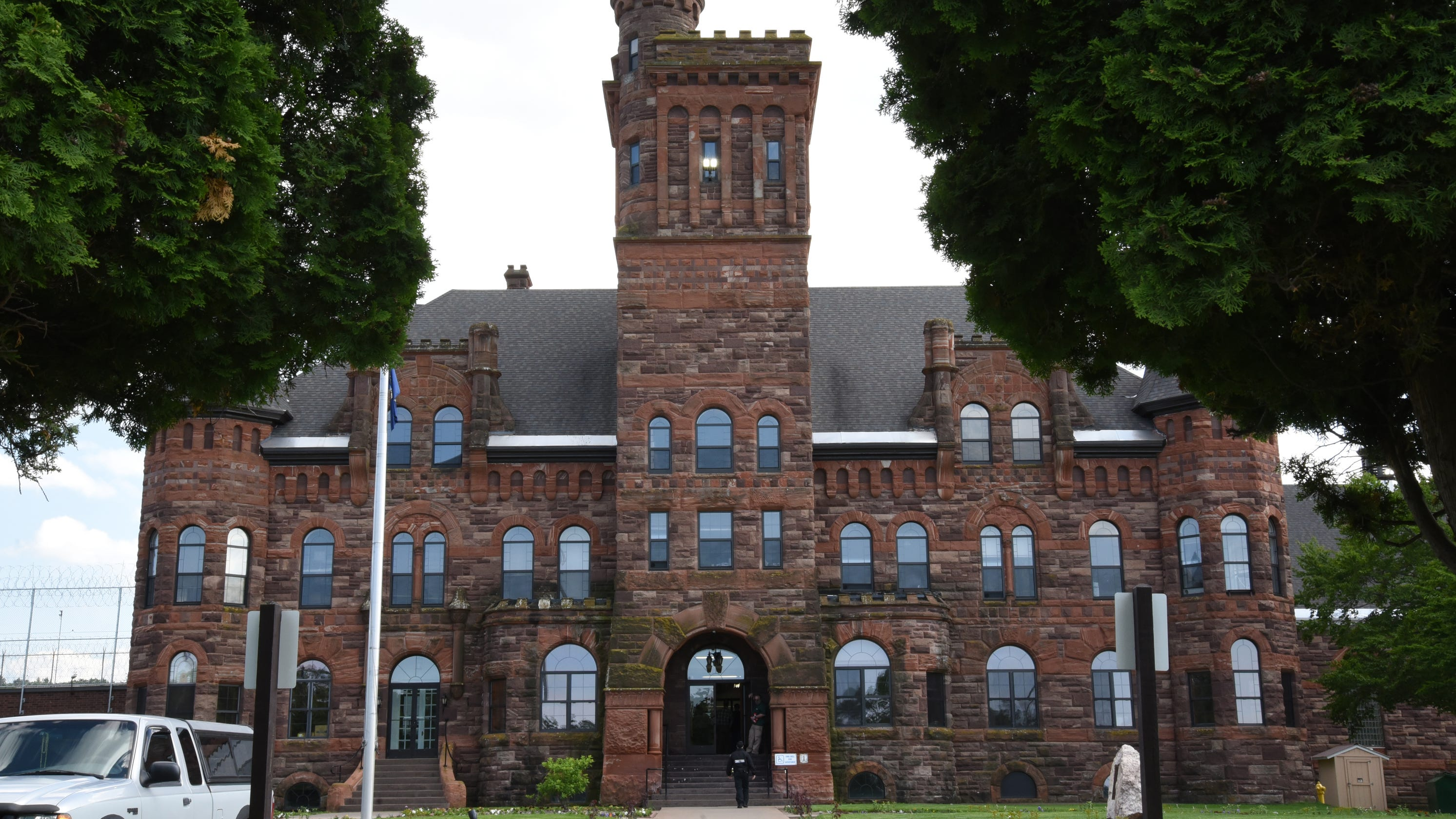 COVID-19 sickens hundreds of prisoners, staff in northern Michigan