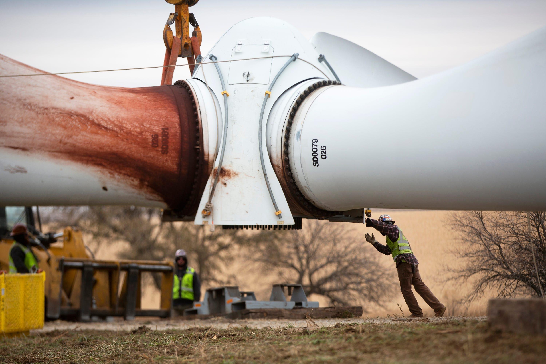 With few recycling options, wind turbine blades head to Iowa landfills