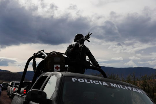 Elementos de la Guardia Nacional mexicana vigilan la zona donde ocurrió la masacre.
