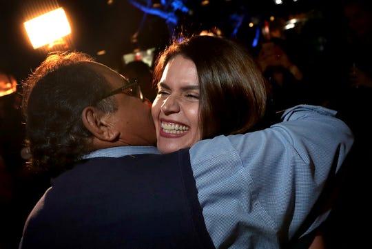 Regina Romero es felicitada por el congresista Raúl Grijalva.