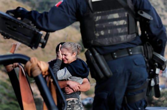 Una mujer llora por la muerte de algunos miembros de su familia en Sonora, México.