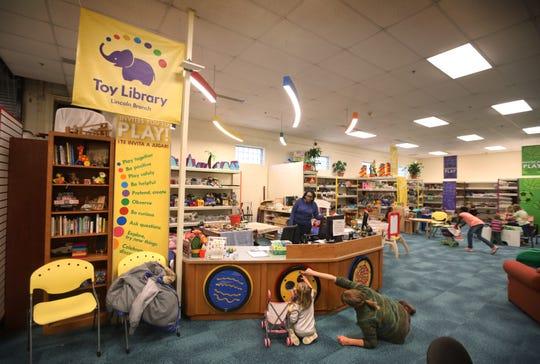 Judy Molner, de Rochester, juega en el suelo con su nieta Esme LaScelle de 3 años con los paneles interactivos de la Biblioteca de los Juguetes, situada dentro de la sucursal de la Biblioteca Pública Lincoln situada en Joseph Avenue, el miércoles, 6 de noviembre del 2019.