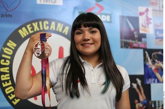 Alexa Moreno muestra su medalla de bronce conquistada en el Mundial.