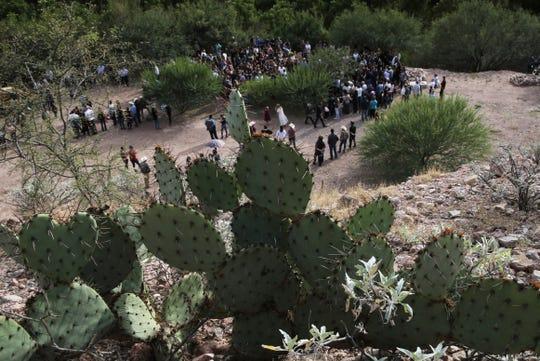 Familiares y amigos de los LeBarón asisten a su funeral.