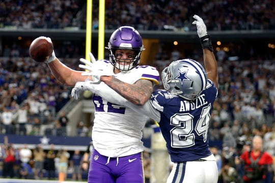 Vikings tight end Kyle Rudolph (82) catches a pass for a 2-point conversion in front of Cowboys cornerback Chidobe Awuzie (24) during the second half on Sunday.