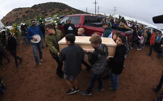 Familiares y amigos asisten al funeral de las nueve personas víctimas de una masacre en el estado de Sonora (México).