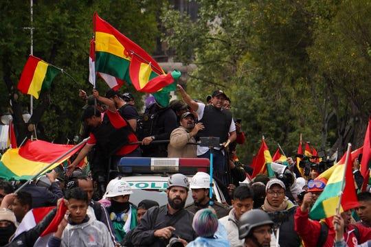 Fernando Camacho, líder opositor, celebra la renuncia de Evo Morales a la presidencia de Bolivia.