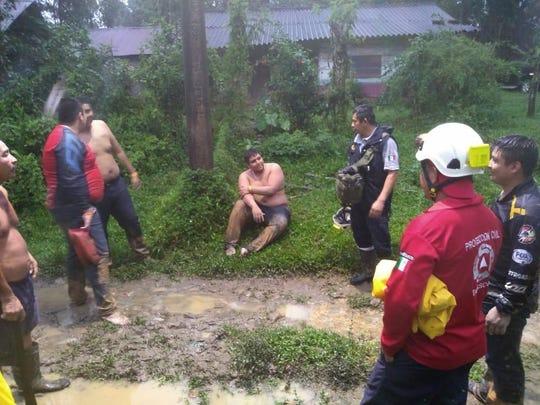 Vista general del rescate de 45 competidores de un rally, que fueron hallados con vida tras quedar atrapados en la súbita crecida de ríos, entre la selva del estado mexicano de Tabasco, sur de México, informaron autoridades oficiales.