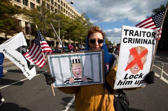 Una mujer en Pennsylvania muestra mensajes a favor del juicio político contra Trump.
