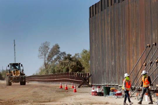 Equipos de trabajo reemplazan una parte de la cerca ubicada en el área del Río Colorado.