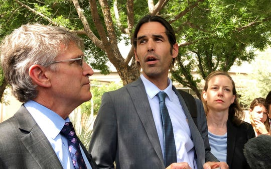 EL activista Scott Warren (centro) afuera de la Corte Federal de Tucson, Arizona.