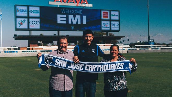 Emmanuel 'Emi' Ochoa, originario de Salinas, posa con sus padres durante una visita al Avaya Stadium, casa de los San Jose Earthquakes.