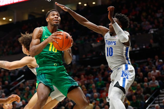 Oregon's senior forward Shakur Juiston did a very good job of scoring the basketball, and he played outstanding defense in his team's upset win over Memphis. (Photo: Joe Rondone/The Commercial Appeal.)