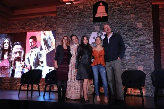 La productora de la serie Narcos Jess More (1i), acompañada de Mayra Hermosillo (2i), Teresa Ruíz (c), Paulina Gaytan (2d), Rodrigo Murray (1d) integrantes del elenco de la serie Narcos, participan hoy martes en Ciudad de México (México), en una rueda de prensa para anunciar la transmisión de la serie Narcos por la cadena de televisión A&E.