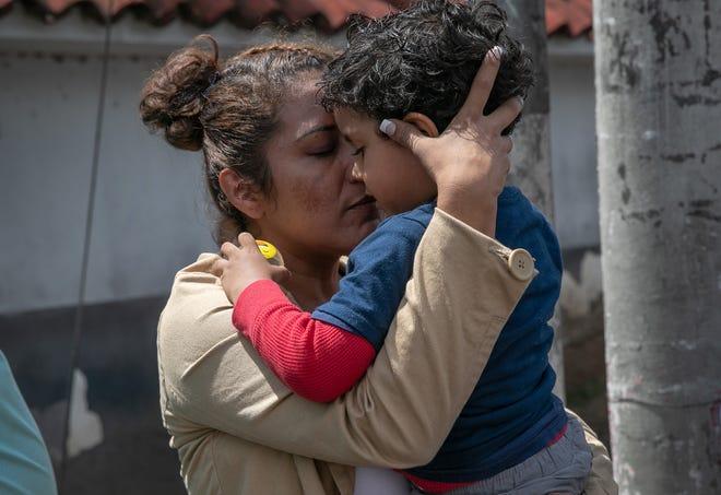 Una madre guatemalteca abraza a su hijo, luego que le fuera entregado por autoridades de ICE.