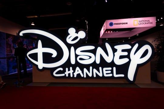Se muestra un gran logotipo de Disney Channel durante la D23 Expo en el Centro de Convenciones de Anaheim, California, EE. UU., el 23 de agosto de 2019. (Estados Unidos)