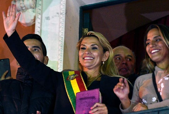 Jeanine Añez toma protesta como nueva presidenta interina de Bolivia.