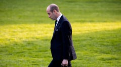 epa07972723 Senior Advisor to US President Donald J. Trump, Stephen Miller, walks across the South Lawn of the White House to board Marine One with US President Donald J. Trump (not pictured) in Washington, DC, USA, 04 November 2019. Trump travels to Lexington, Kentucky, to deliver remarks at a 'Keep America Great' campaign rally. EPA-EFE/MICHAEL REYNOLDS ORG XMIT: MRX02