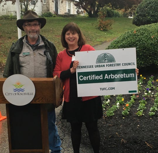 David Vandergriff of the Tennessee Urban Forestry Council presents the official sign to NHGC president Sally Wilcox. Nov. 7, 2019