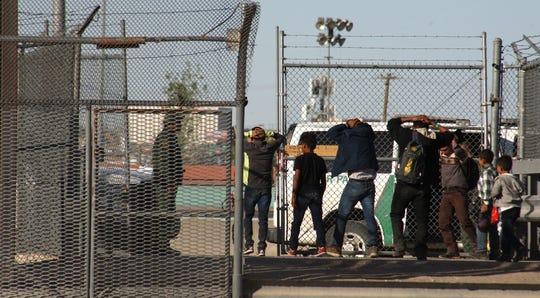 Migrantes son detenidos tras cruzar el río Bravo el martes 16 de abril de 2019, en la fronteriza Ciudad Juárez, en el estado de Chihuahua (México).
