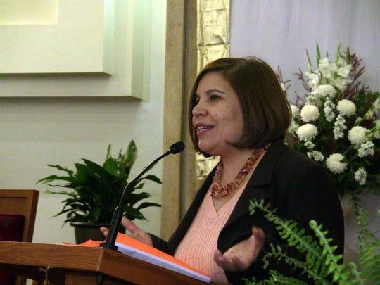 La directora ejecutiva de la Coalición por los Derechos Humanos de los Inmigrantes de Los Ángeles (CHIRLA, en inglés), Angélica Salas, durante una conferencia de prensa.