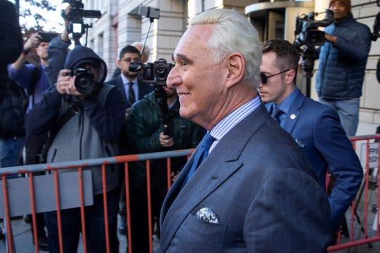 El asesor político del presidente Donald Trump, Roger Stone, es visto a su salida de la Corte Federal luego de asistir a una audiencia en Washington (Estados Unidos).