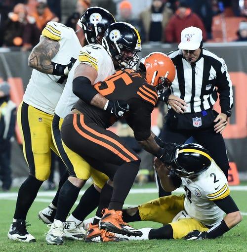 Browns DE Myles Garrett rips the helmet off of Steelers QB Mason Rudolph.