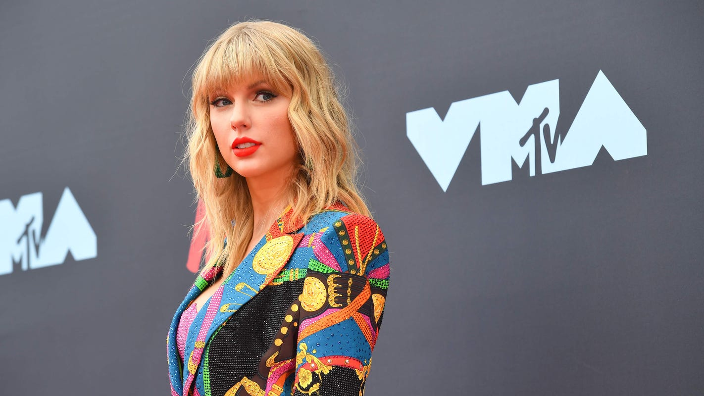 Taylor Swift's fight with Big Machine is getting support from Elizabeth Warren and AOC