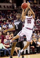 A.J. Lawson (00), shown in a 2018-19 game, scored 28 points in South Carolina's rout of Cleveland State on Friday.