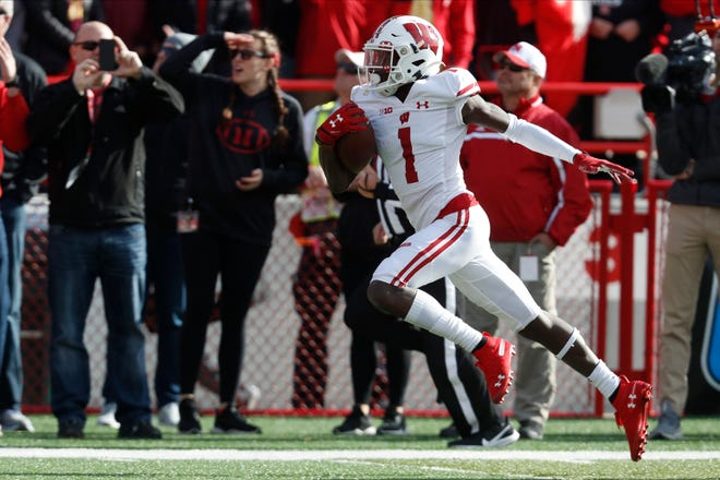 Aron Cruickshank, who returned a kickoff 89 yards for a touchdown against Nebraska, was named special teams co-player of the week in the Big Ten.